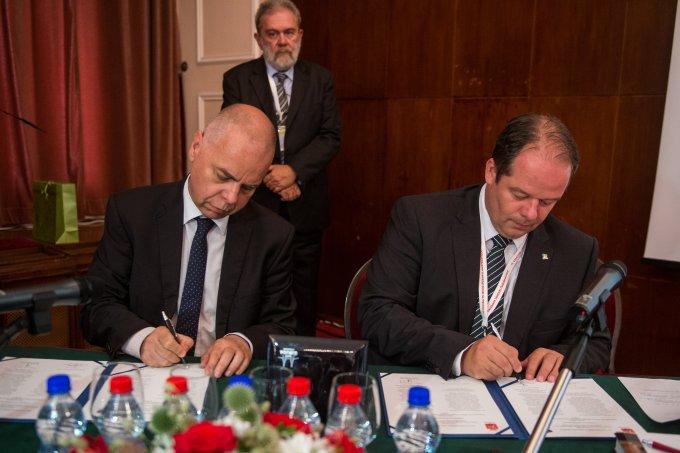 Krysztof Bugla és Dr. Hoffmann Tamás aláírják az együttműködési megállapodást
