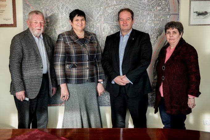 Orosz Ildikó a Kárpátaljai Magyar Főiskola főigazgatója (Balról a második) látogatást tett Dr. Hoffmann Tamás Polgármester úrnál (2015.)
