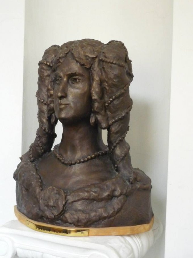 Zrinyi Ilona szobra a főiskola folyosóján