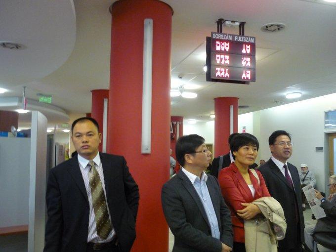 A yiwui delegáció látogatása az okmányirodán
