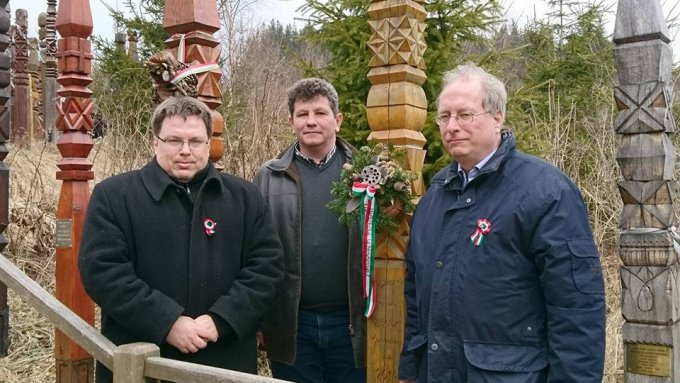 Gyorgyevics Miklós, Kerékgyártó Gábor képvisekők és Balogh Tibor polgármester Nyerges-tetőn polgármestere
