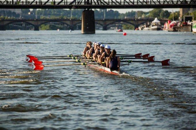 Újbudai evezősök a Károly híd alatt