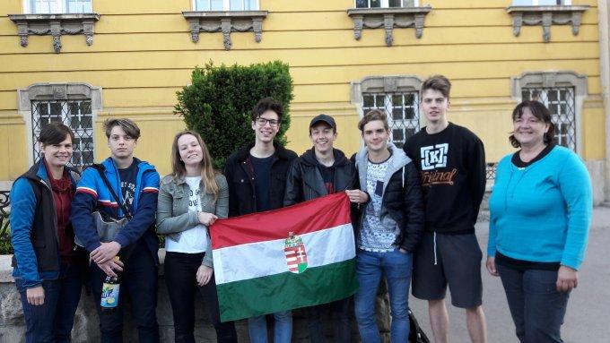 A Szent Margit és a József Attila Gimnázium kerületi atlétikai versenyen első helyezést elért diákjai