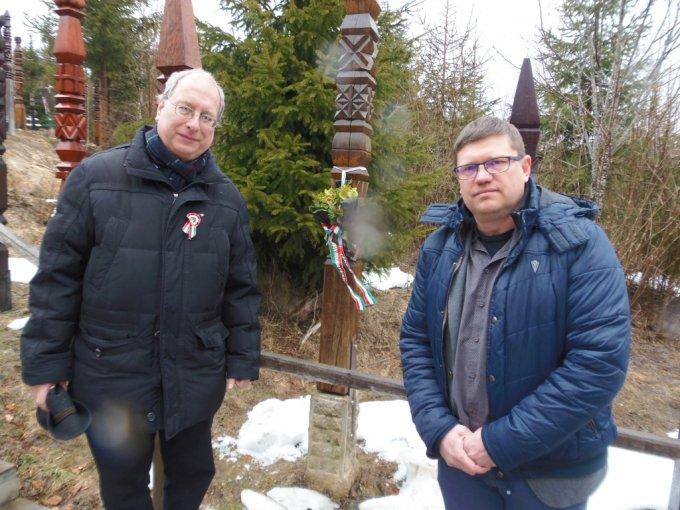 Gyorgyevics Miklós és Junghausz Rajmund képviselők Nyerges-tetőn az újbudai kopjafánál (2019. III. 15-én)