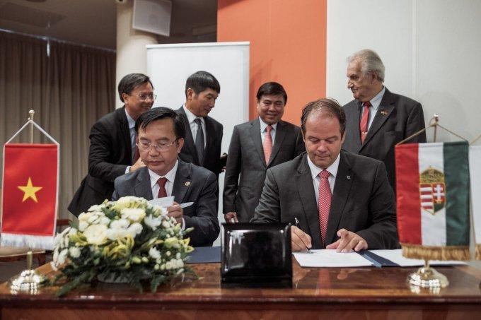 Az együttműködési megállapodás  dokumentumát aláírja Tran The Truan elnök úr és Dr. Hoffmann Tamás polgármester úr