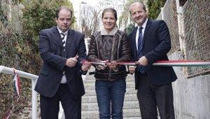 Hoffmann Tamás polgármester, Simicskó István államtitkár és Király Nóra helyi képviselő vágták át a lépcső előtti szalagot